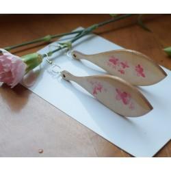 Długie kolczyki z drewna z malowanym kwiatem