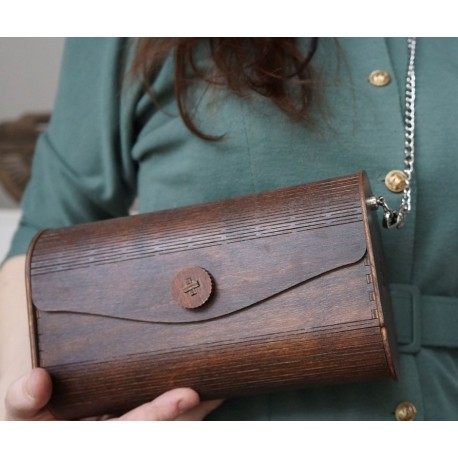 Drewniana torebka na srebrnym łańcuszku
